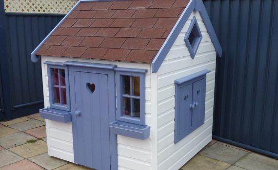 Деревянный домик для детских игр